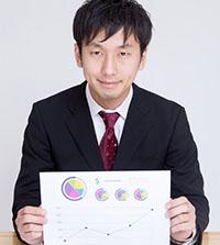 グラフを持つ男性